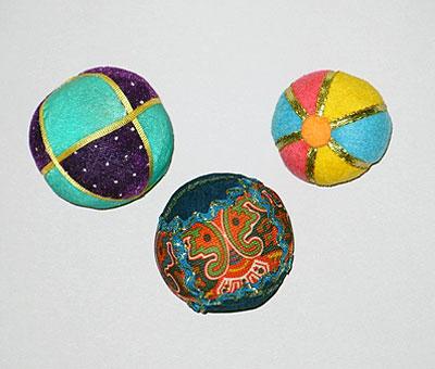 Из ярких, мягких лоскутков ткани сшейте мячики разных размеров.  Набейте их кусочками ткани, синтепоном или поролоном.
