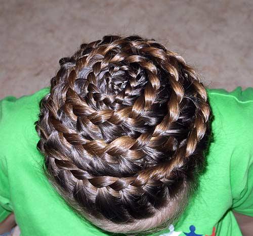 """Причёска  """"Улитка """" Распределяем волосы равномерно в разные стороны от макушки.  Плетение начинаем от центра..."""